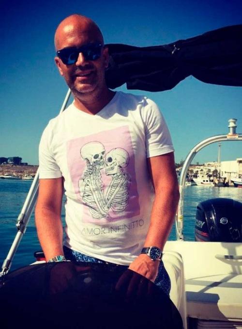 Camiseta de color blanco y cuello pico Amor Infinitto